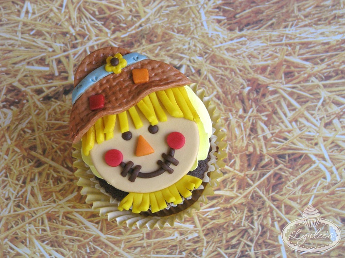 Learn how to make these too-cute scarecrow cupcake toppers!