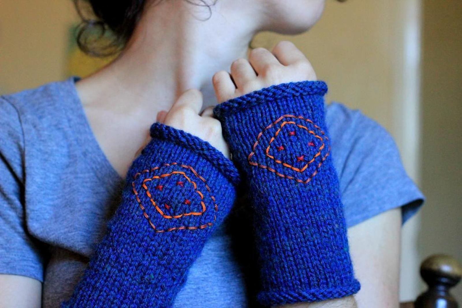 Embroidered fingerless gloves knitting pattern