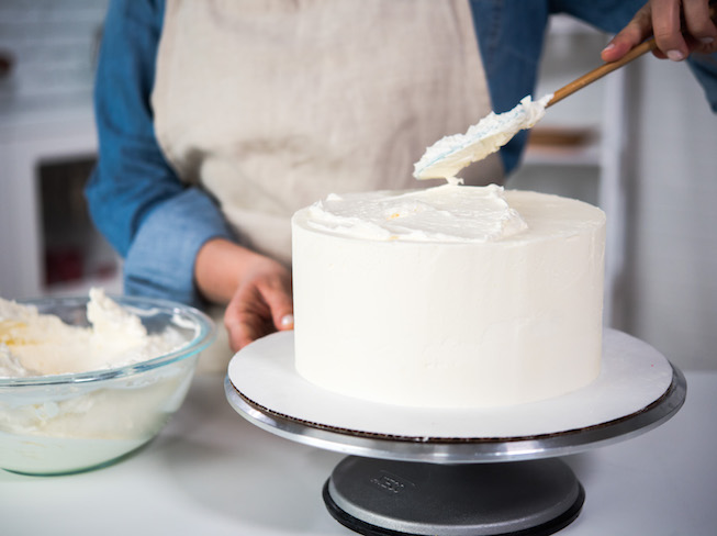 Frosting a Cake WIth Buttercream on a Turntable