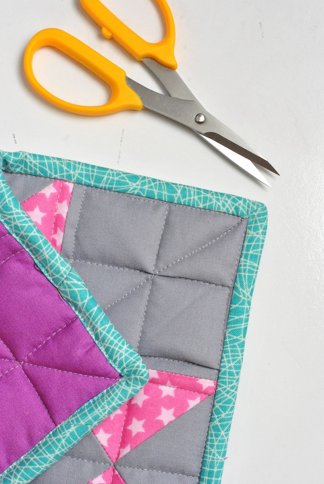 Binded quilt corners with scissors