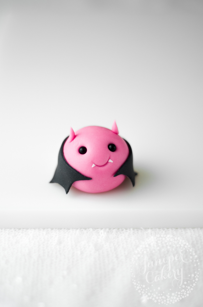 How make a fondant bat for Halloween cakes and cupcakes
