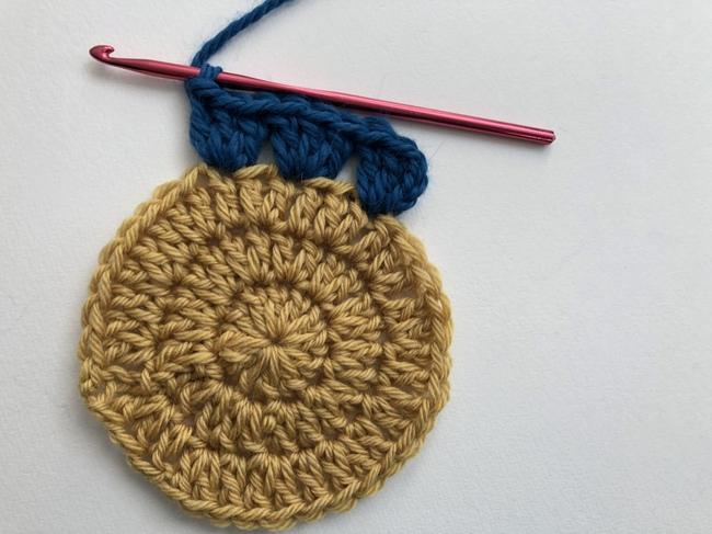 crochet circle in granny square