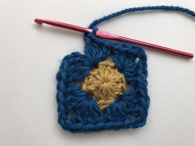 crochet granny square around circle