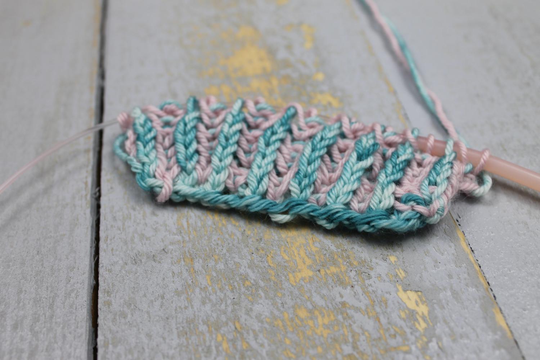 Knitting two-color brioche