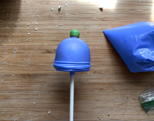 Pipe lines on dome cake pop