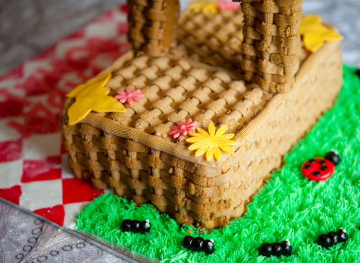 picnic basket sharped cake