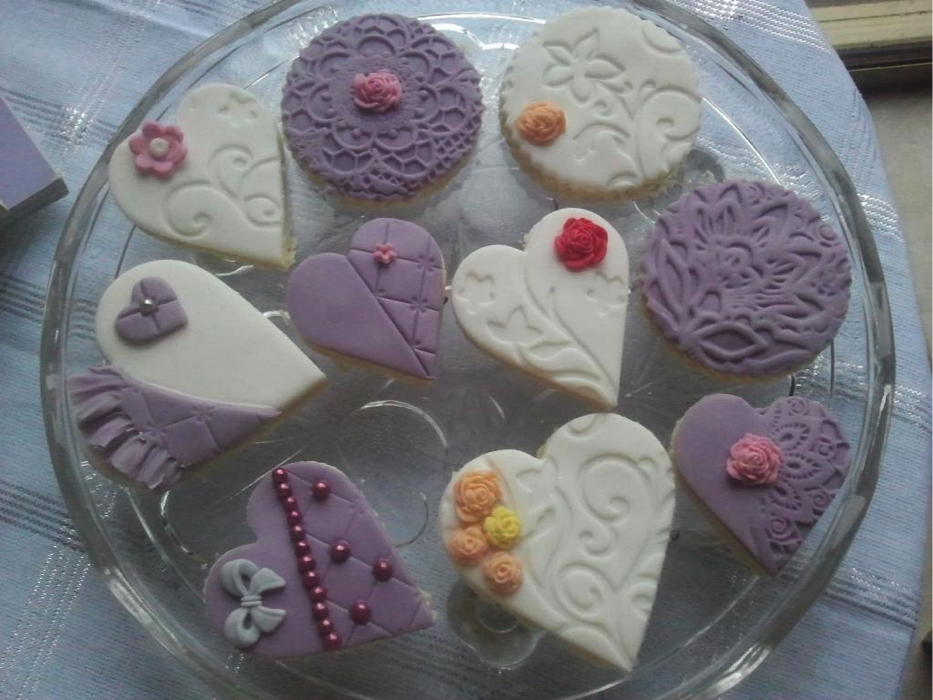 Mini Heart and Round Cakes with Pretty Tops