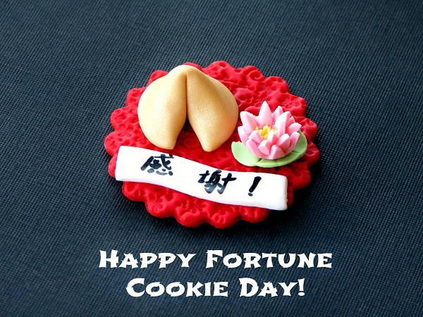 Cupcake in Shape of Fondant Fortune Cookie