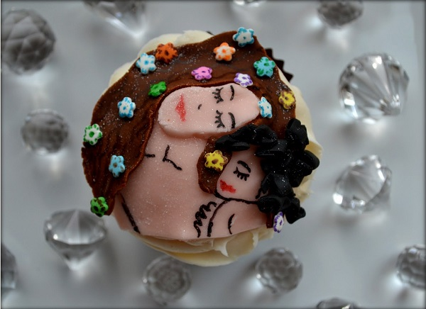 "Cupcake Inspired by Klimt's ""The Kiss"""