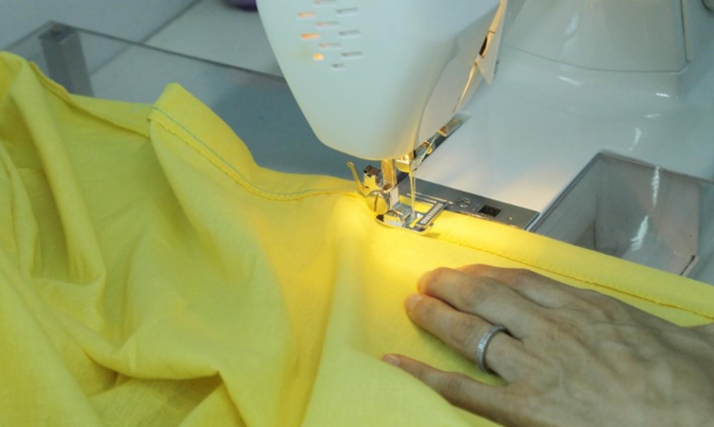 Cosiendo tela con máquina de coser