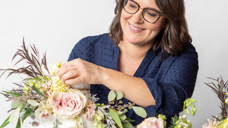 Decoración de pasteles con flores frescas