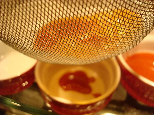 Colando trozos de caramelo endurecidos para el flan