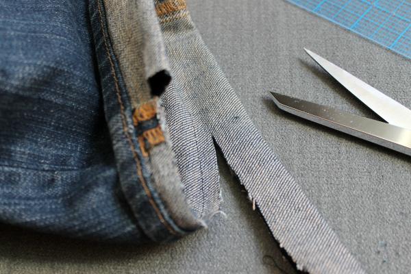 recortar la tela sobrante tras el dobladillo de los vaqueros