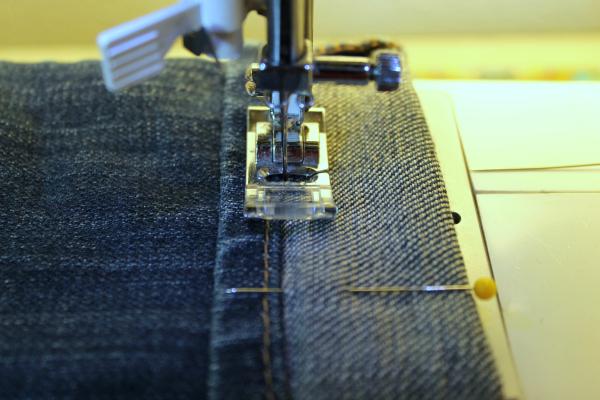 coser el dobladillo de los vaqueros con la máquina de coser