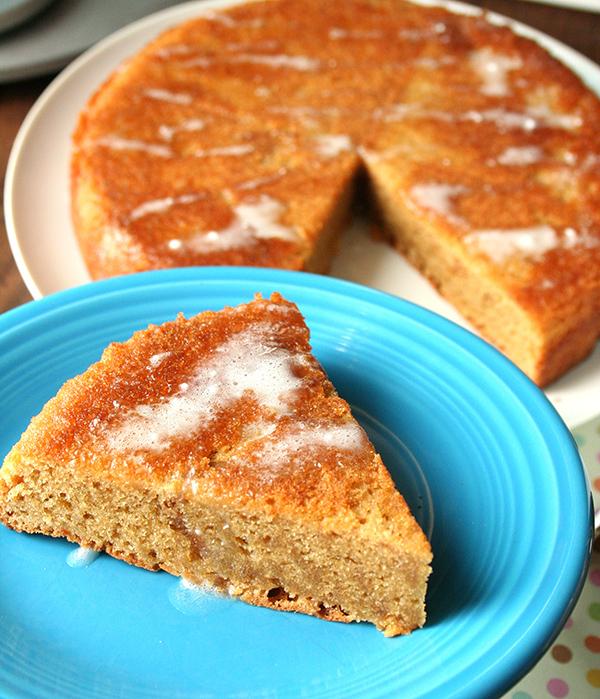 Tarta de mantequilla de cacahuete sin harina con glaseado de azúcar en polvo