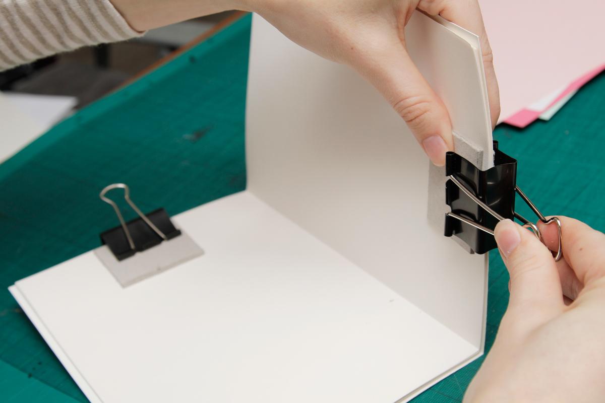 Monta los clips de encuadernación del libro
