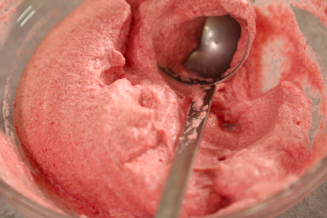 Tazón de puré de frambuesas para el soufflé de frambuesas