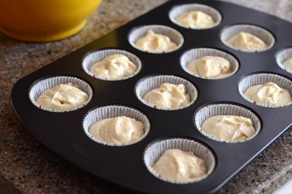 Molde para magdalenas relleno de masa de tarta de vainilla