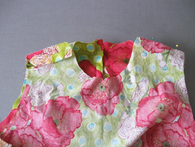 coser las costuras de los hombros y