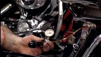 Checking the air suspension on Harley-Davidson shocks