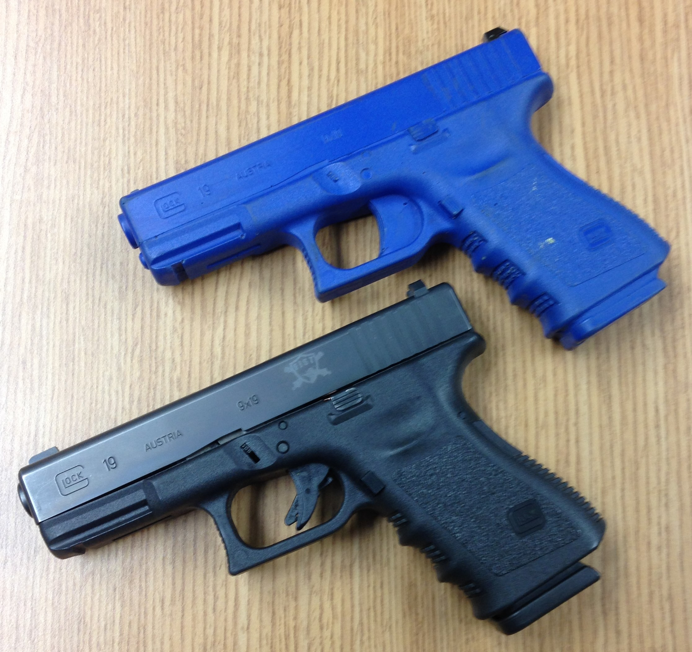 Glock 19 and blue gun clone. Photo: author