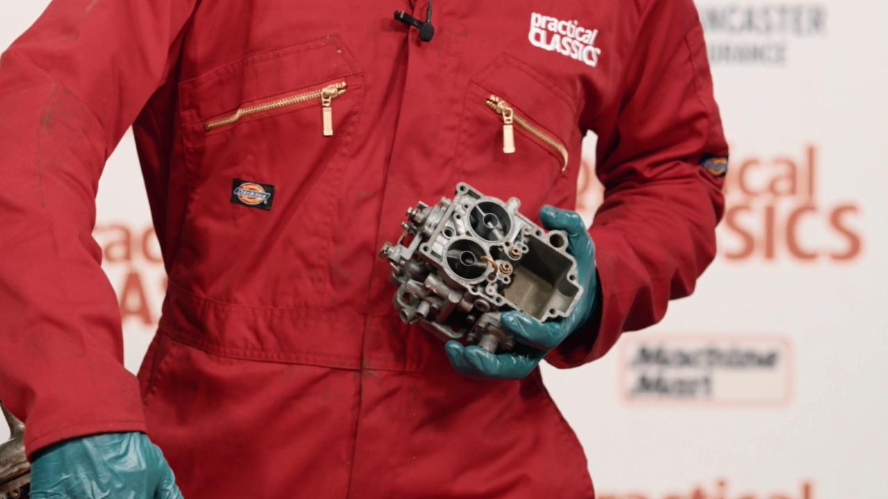 Checking the Carburettor BUK000012