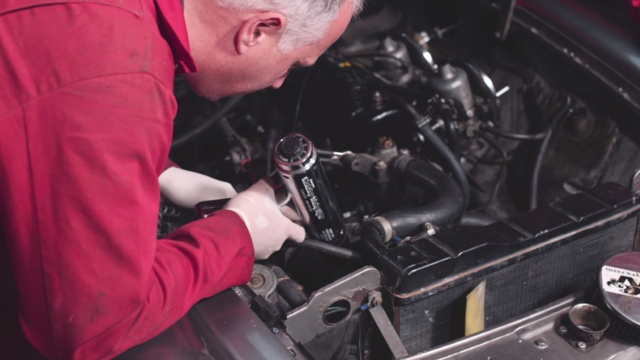 How to Check Ignition Timing With a Strobe Light